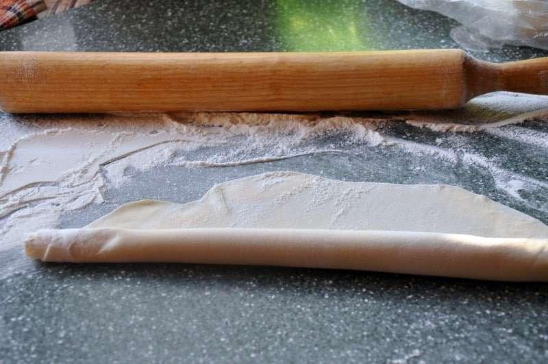 Раскатываем тесто и делаем рулетики
